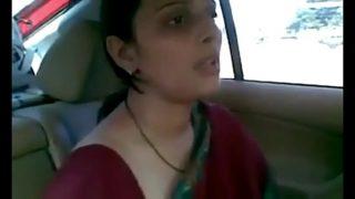 इंडियन औरत की चुदाई कार मे