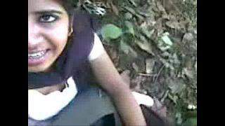 वर्जिन लड़की अपने यार को ब्लोजॉब देते हुवे