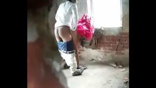 मजदूर आंटी को काम करने वाली जगह पर चुदाई