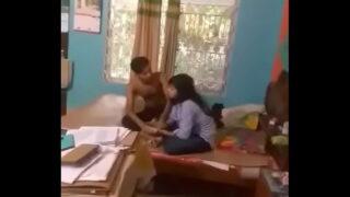 देसी प्रेमियों की हॉट रोमांस का वीडियो अकेले घर पर
